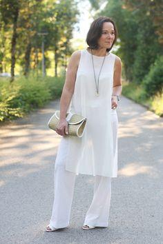 Weißer Sommerlook in weiter Leinenhose und transparenter Tunika #50plusblogger