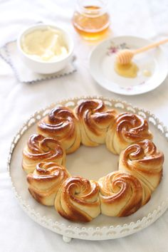 Honeycomb Crown of Roses Challah (translate)