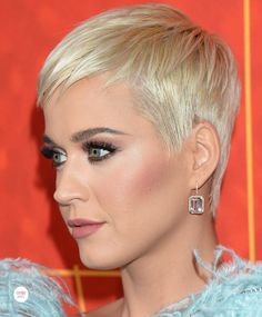 Katy Perry wearing Shay Jewelry at 2018 amfAR Gala in Los Angeles - Different and Beautiful Ideas Blonde Pixie, Short Blonde, Short Hair With Bangs, Short Hair Cuts For Women, Short Hair Styles, Pixie Hairstyles, Pixie Haircut, Hairstyles With Bangs, Katy Perry