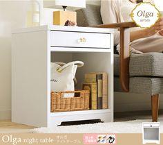 フェミニンナチュラルで機能的なマルチ収納「Olga(オルガ)」シリーズの収納付きナイトテーブルです。