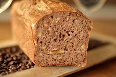 Hier habe ich mal wieder ein schnelles und doch sehr leckeres Brot für euch. Ein knetfreies Brot und einfach in der Herstellung. Mehr als die 40 Min Ruhephase braucht es nicht. Der recht flüssige Teig wird in einer Kastenform gegeben und in den kalten Backofen gestellt. Durch die Walnüsse ist das Brot sehr knackig, durch... Weiterlesen