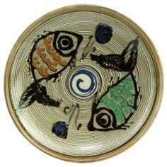 Pictata in culorile specifice ceramicii smaltuite de Horezu, pe fond alb fildes si infrumusetata cu model zoomorf - pesti, dar si geometric in nuante de albastru, verde, maro si portocaliu, aceasta farfurie surprinde perfect stilul unic si irepetabil al mesterilor populari ce prelucreaza lutul din Horezu.(Ceramic plate of Horezu) Craftsman, Plates, Create, Tableware, Unique, Geometry, Licence Plates, Plate, Dinnerware