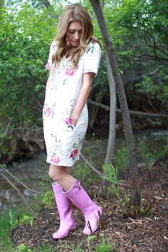 Purple Rain Boots, Green Hunter Boots, Hunter Boots Outfit, Wellies Rain Boots, Hunter Rain Boots, Girl In Rain, Timberland Style, Timberland Fashion, Rainy Day Fashion