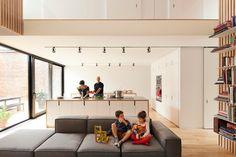 Maison De Gaspé / la SHED architecture  Les poignées sur les armoires, comme ici.