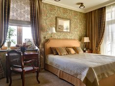 Текстильное оформление спальни: тюль, римские шторы, классические шторы из двух видов ткани, покрывало, подушки