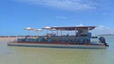 Embarcação 100% Lazer I faz os passeios para a Ilha de Areia Vermelha