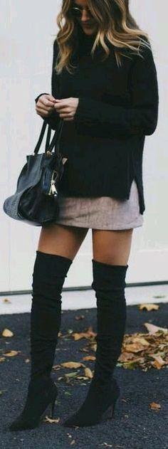 Suéter amplio con mini falda y botas extra largas.