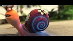 Turbo is een slak met een droom: hij wil de beste coureur ter wereld worden. Door zijn obsessie met snelheid is hij het buitenbeentje in de langzame en voorz...