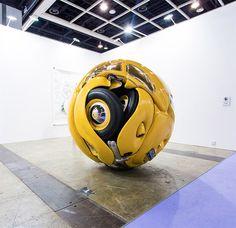 アートバーゼル香港で発表されたIchwan Noorによる球体になったビートルはショッキングだ。