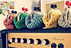 In spanish.but cute idea! Crochet Case, Crochet Coin Purse, Crochet Purses, Love Crochet, Diy Crochet, Diy Bags Purses, Pouch Pattern, Yarn Thread, Craft Bags