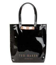 De Emacon Icon Bag van Ted Baker is een trendy shopper. De tas is uitgevoerd in polyvinyl met glanzende finish. De voorzijde is voorzien van het Ted Baker London logo en een sierlijke strik.