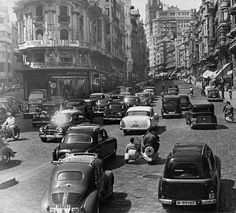 After yesterday's Paris carspotting exercise, we decided to stay in Europe and head over to Madrid, where this fairly well-circulated photo of Calle Gran Via wa Old Pictures, Old Photos, Vintage Photos, Places Around The World, Around The Worlds, Foto Madrid, History Of Photography, White Photography, Le Palais