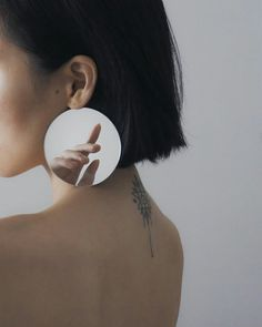 Ziqian Liu Creates Fragmented Images of the Self in her Ethereal Portraiture - Feature Shoot Mirror Photography, Self Portrait Photography, Reflection Photography, Body Photography, Fine Art Photography, Photography Journal, Photography Blogs, Wedding Photography, Exposure Photography
