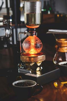 Siphon Coffee (Vacuum Pot) Brew Guide - A step by step guide on to use a Siphon (Vacuum) Coffee Brewer - Coffee Mix, Coffee Brewer, Coffee Shop, Vacuum Coffee Maker, Coffee Brewing Methods, Coffee Presentation, Coffee Artwork, Ways To Make Coffee, Coffee Counter