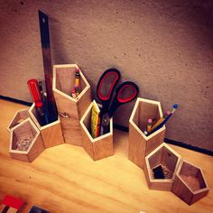 14 Creative & Practical DIY Desk Organization & Storage Ideas is a useful collection of ideas that you can make by yourself. Desk Organization Diy, Diy Desk, Woodworking Plans, Woodworking Projects, Youtube Woodworking, Diy Furniture Hacks, Office Furniture, Desk Tidy, Desk Set