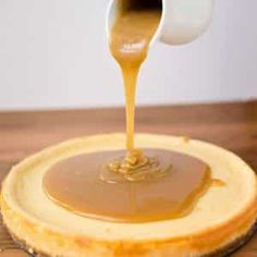 it doesn't get much better than salted caramel, and this caramel cheesecake recipe with a shortbread macadamia nut crust tastes incredible and is a huge hit Caramel Marshmallow Recipe, Homemade Caramel Sauce, Recipes With Marshmallows, Homemade Chocolate, Homemade Marshmallows, Chocolate Cake, Lemon Meringue Cheesecake, Salted Caramel Cheesecake, Instant Pot Cheesecake Recipe