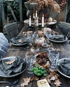 Image might include: Persons sitting, table, interior and food tisch 🎍 Blue Table Settings, Cottage Garden Design, New Years Decorations, Person Sitting, Al Fresco Dining, Dinning Table, Decorating Coffee Tables, Deco Table, Scandinavian Home