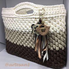 Bolsa de mão em fio de malha #crochet #crochetbag #fiodemalhaecologico #artesanato #artesa #euquefiz #fiodemalha #crochetbag #crochetlovers #residuotextil Crotchet Bags, Crochet Tote, Crochet Purses, Knitted Bags, Knit Crochet, Unique Crochet, Love Crochet, Crochet Designs, Crochet Patterns
