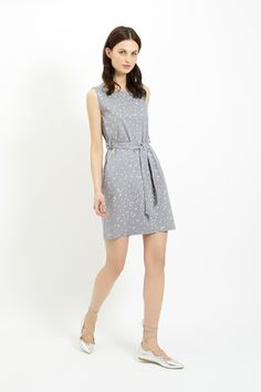 Grey shift dress with dot print in 100% organic certified cotton. Knee length with matching tie waist. Sleeveless. Length 99cm.