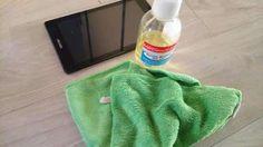 Tout le monde connaît l'alcool à 70°, appelé aussi alcool isopropylique. Il est surtout connu pour son usage médical. Mais saviez-vous que ce produit a de multiples usages à la maison ? Eh oui, il a bien plus qu'un seul tour dans son sac. Il désinfecte, nettoie, fait briller, efface les traces et plein d'autres trucs encore ! Knitted Hats, Textiles, Homemade Drain Cleaner, Clean House, Everything, Natural Cleaning Products, Fabrics, Textile Art, Knit Hats
