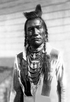 Above we show a moving photo of Bird Rattle, an Indian Man. It was made in 1909 by Edward S. The illustration documents a Half-length portrait of this Indian man, facing front, wearing beaded buckskin shirt, with one feather and loop necklace. Native American Photos, Native American Tribes, Native American History, American Indians, Cherokee History, American Symbols, American Women, American Art, Photo Portrait