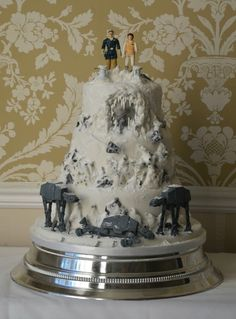 Battle of Hoth Star Wars Wedding Cake - not saying this would be for me. But I'd love to see someone else do this! Anyone want to volunteer for a Star Wars themed wedding? Star Wars Wedding Cake, Geek Wedding, Wedding Ideas, Movie Wedding, Fantasy Wedding, Wedding 2015, Wedding Fun, Wedding Goals, Wedding Themes