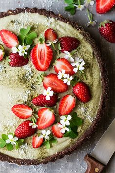 This vegan matcha strawberry tart is easy to make and no bake yet makes a bit of an entrance. It's vegan, gluten-free and there is a raw vegan option too. #foodphotography #foodstyling