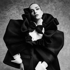 """Modeontwerper Mo Benchellal won in 2020 de prestigieuze Vogue Fashion Prize. De jury was onder de indruk van zijn """"eigentijdse, maar tijdloze ontwerpen, die het ultieme gevoel van glamour uitstralen en waarin duurzaamheid essentieel is"""". Was, Contemporary Artists, Glamour, Dresses, Fashion, Vestidos, Moda, Fashion Styles, Dress"""