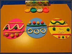 De tout et de rien: Activités pour le Préscolaire: Décorer des oeufs avec de la pâte à modeler - Decorate Easter eggs with Spring colors play dough