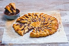 Sfoliatinia with praline chocolate and chocolate dip – Σφολιατ… – Food's Praline Chocolate, Chocolate Dipped, Greek Recipes, Desert Recipes, Party Food Buffet, Crepes And Waffles, Pancakes, Greek Sweets, Food Categories