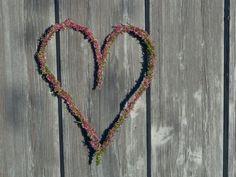 Lag et nydelig lynghjerte! (DIY krans) Friendship Bracelets, Beaded Necklace, Diy, Jewelry, Beaded Collar, Jewlery, Pearl Necklace, Bricolage, Jewerly