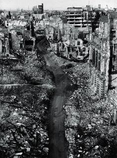 De grootouders van Oskar maakten beide de gevolgen van de Tweede Wereldoorlog mee. Dit is een foto van de bombardementen van Dersden. Op het moment dat zijn grootouders dit alles meemaakten kenden ze elkaar nog niet. Pas later, in New York, leerden ze elkaar kennen.