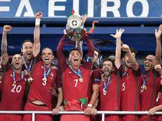 La selección de Portugal recoge el trofeo como campeona de la Eurocopa 2016