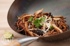 Fried noodles with sesame, vegetables and chicken Wok, Japchae, Noodles, Fries, Dishes, Chicken, Vegetables, Ethnic Recipes, Macaroni