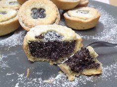 Recept na Křehké makové koláčky z kategorie : Na 16–18 koláčků budete potřebovat: Maková náplň:   200 g mletého máku, 400 ml mléka (polotučné, tučné),...