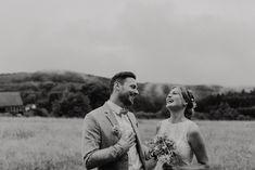 Eine wunderschöne DIY-Vintage-Garten Hochzeit mit wunderschöner Deko, wunderschönem Brautpaar und Regen satt.