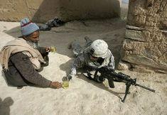 """""""米兵にお茶を勧めるアフガニスタン人の男性"""""""