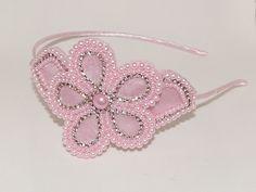 Tiara de ferro forrada em cetim rosa e flor bordada em pérolas Cor Rosa.