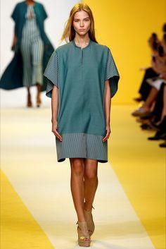Guarda la sfilata di moda Akris a New York e scopri la collezione di abiti e…