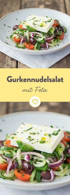 Griechischer Salat mal spiralig: Mit Gurkenspiralnudeln, Tomaten, Oliven und Feta ist dieser Salat der Hingucker am Grillbuffet.