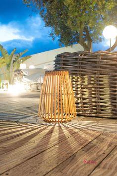 Shady est une lanterne sans fil LED blanc chaud. Cette lanterne solaire se distingue par son design exotique et naturel, mais également par son autonomie de fonctionnement (jusqu'à 8 heures). Lanterne solaire et autonome, Shady apportera à votre décoration une touche cosy et chaleureuse. Elle est idéale comme lanterne décorative ou comme point lumineux pour une terrasse ou un jardin. #lanternesolaire #lanternerotin #lanternenaturelle #eclairage #luminaires #luminaire #ambiance #bois… Comme, Table Lamp, Led, Lighting, Design, Home Decor, Solar Lights, Point Light, Warm