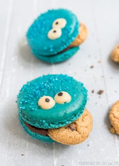 Cookie Monster Macarons by raspberry cupcakes :) wanna try macaroons period. Macaron Cookies, Cake Cookies, Cupcake Cakes, Sandwich Cookies, Sugar Cookies, Kawaii Cookies, Cookie Favors, Cookie Cups, Heart Cookies