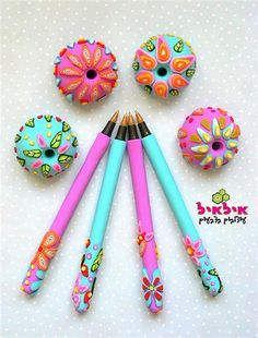 Polymer Clay Pens by Ilil Ziv. Polymer Clay Pens, Polymer Clay Projects, Polymer Clay Charms, Polymer Clay Creations, Polymer Clay Jewelry, Clay Crafts, Crea Fimo, Play Clay, Clay Flowers