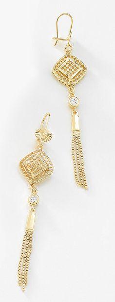 Aretes largos con pequeñas tiras de cadenas y cristales elaborado en 4 baños de oro de 18 kt y sujeción de garfio. Modelo 415455L.