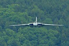 Military Love, Military Jets, Military Aircraft, Navy Aircraft, Aircraft Photos, Vickers Valiant, War Jet, Avro Vulcan, Old Lorries