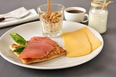 Micul dejun suedez implică cel mai adesea clătitele tradiționale denumite Pannkakor. Muesli, Tuna, Lettuce, Cantaloupe, Salmon, Pancakes, Milk, Cheese, Fruit