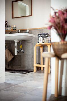 玄関から洗面室へダイレクトに行ける便利な間取り。シンプルな洗面台のまわりに並べられたアメニティがとても素敵ですね。   #洗面 #玄関 #インテリア #EcoDeco #エコデコ #リノベーション #renovation #東京 #福岡 #福岡リノベーション #福岡設計事務所 Laundry, Bathtub, Vanity, Bathroom, Instagram, Laundry Room, Standing Bath, Dressing Tables, Washroom