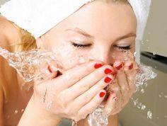 Bicarbonate de soude : mélanger du bicarbonate de soude avec de l'eau tiède (doses égales). Par petits mouvements circulaires, massez-vous le visage (30 sec.) et rincez à l'eau froide. Répétez chaque jour pendant 1 semaine, puis 3 fois par semaine.