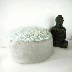 Retrouvez cet article dans ma boutique Etsy https://www.etsy.com/fr/listing/578284997/pouf-decoratif-coussin-en-lin-bleu