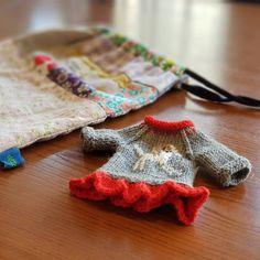 원작을 조금씩 변형해서 뜨니까 더 재미나고 새롭다😙 요고요고 #끌림페스티벌 에서 실물로 보실 수 있어요~ - 전시일정: 12월1~3일 #용산아트홀 - #손뜨개인형 #전시회준비 #니팅돌 #인형옷뜨기 #뜨개질 #인형놀이 #knitgram #knittingdoll #dollclothes #knittinglove #knittoy